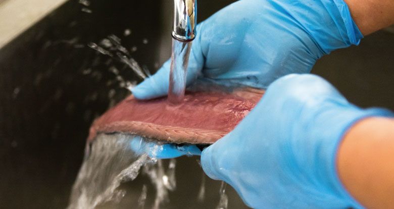 しめ鯖を洗う